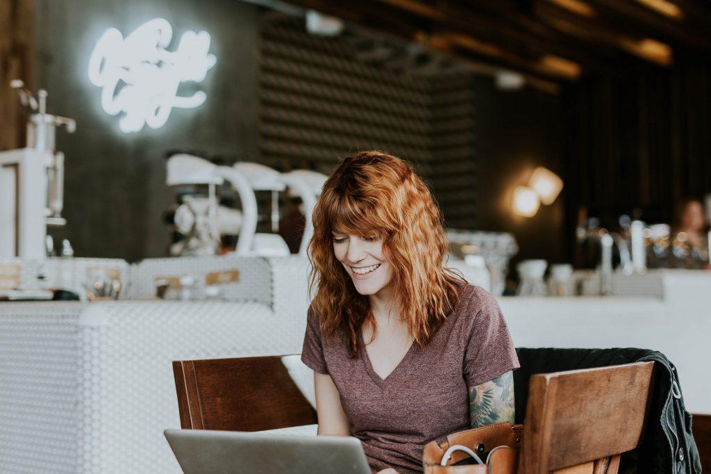 Bilde av en kvinne som jobber på en mac