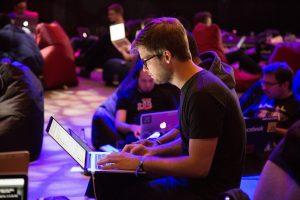 Bilde av mann som jobber på mac