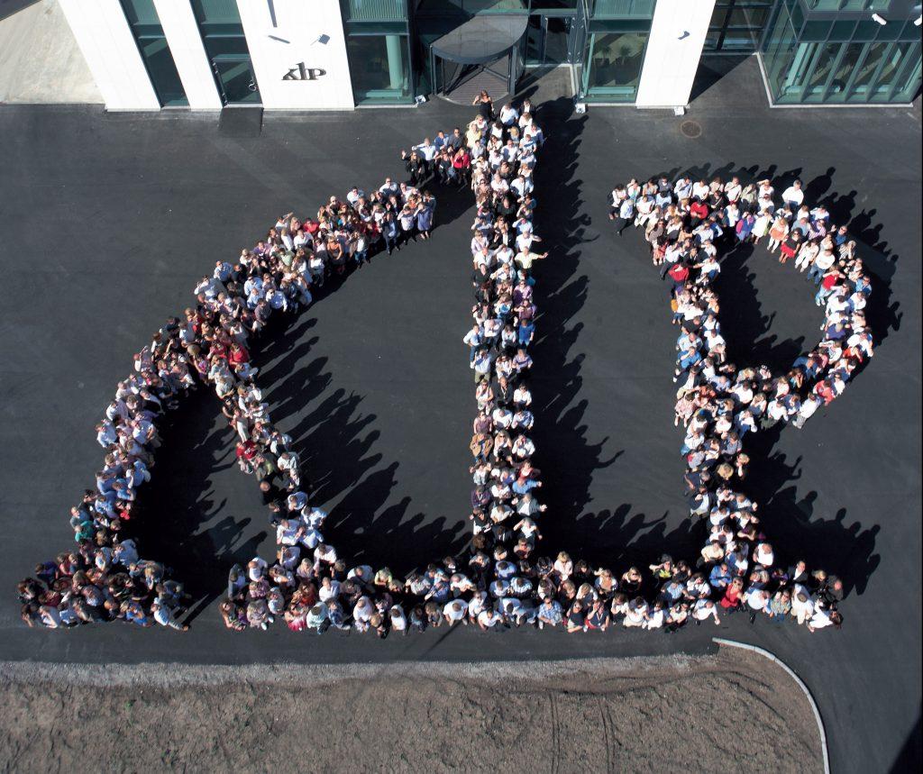 Bilde av ansatte i KLP som lager logo