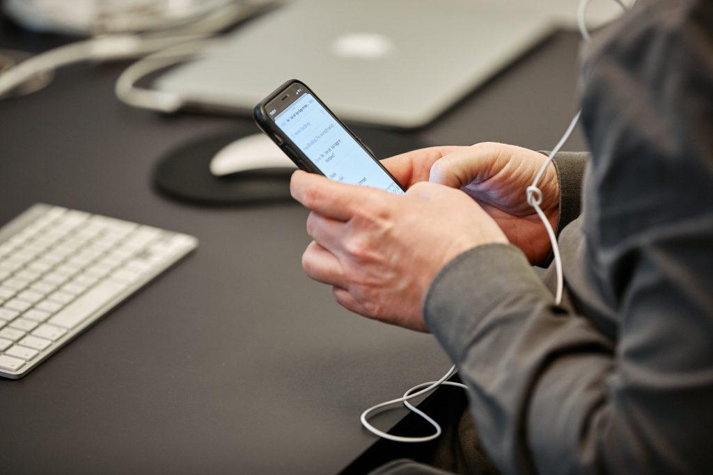 Bilde av mann som jobber på telefonen