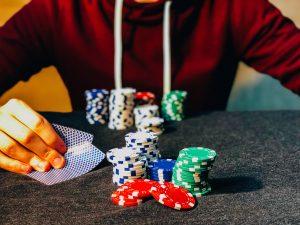 Bilde av mann som spiller poker