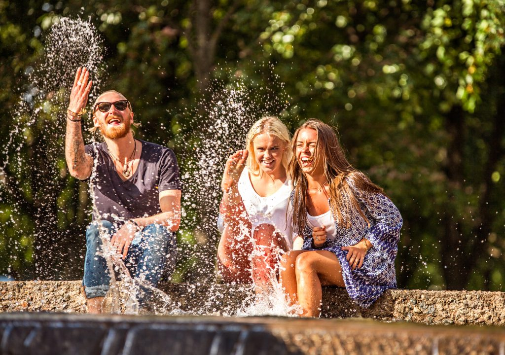 Sommerbilde av studenter i Studentsamskipnaden i Oslo