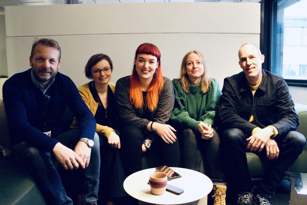 Bilde av Siw Øverland, Ida Malene Jakobsen, Lene Bekk og Simon Warren. Til venstre Morten Fronth-Andersen, Head of Telenor Service Design lab/Design Team lead i Telenor.