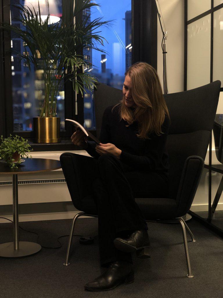 Bilde av Anna som leser Bransjerapporten 2019