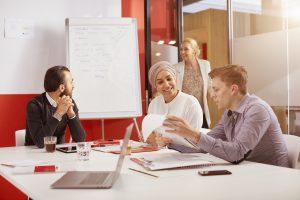 Bilde av ansatte i verisure som sitter i møte