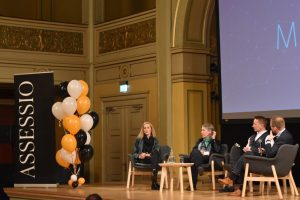 Bilde av Ole Janzso i paneldebatt hos Assessio