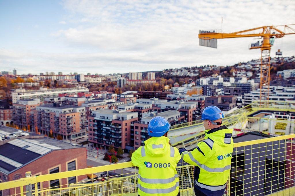 Bilde av to personer som ser utover en byggeplass