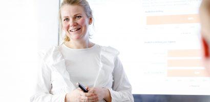 Bilde av en kvinne som holder presentasjon