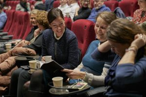 Bilde av personer som leser bransjerapporten 2020