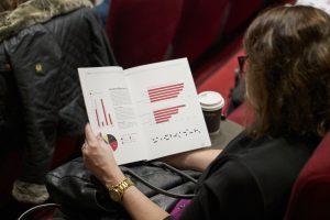 Bilde av en kvinne som leser bransjerapporten 2020