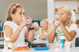 Barn drikker melk