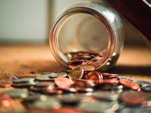 Krukke med penger som renner utover