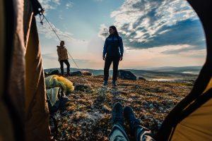 mennesker på telttur i skogen