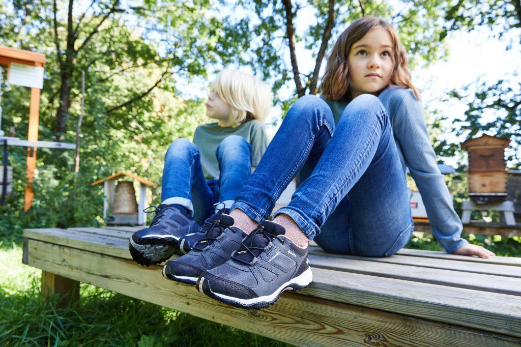 To barn sitter på en benk