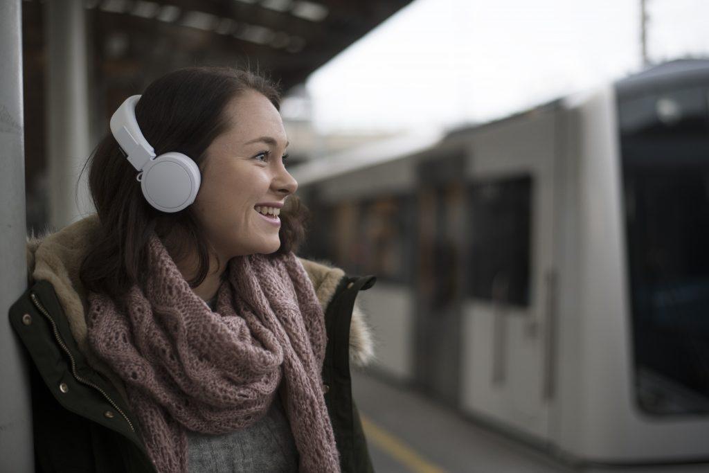 Kvinne med hodetelefoner
