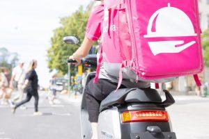 Foodora bud på moped