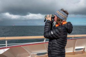 kvinne ute pa dekk MS Roald Amundsen