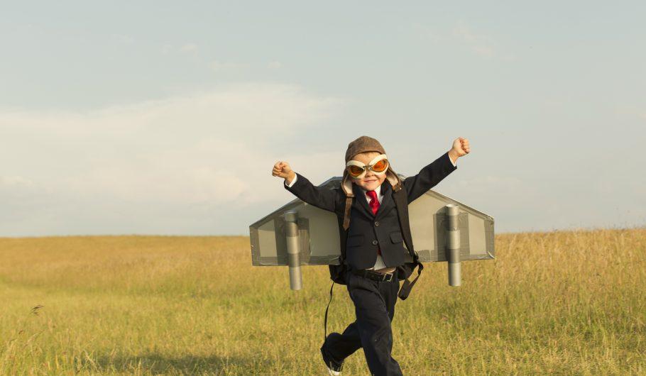 Liten gutt som løper med vinger